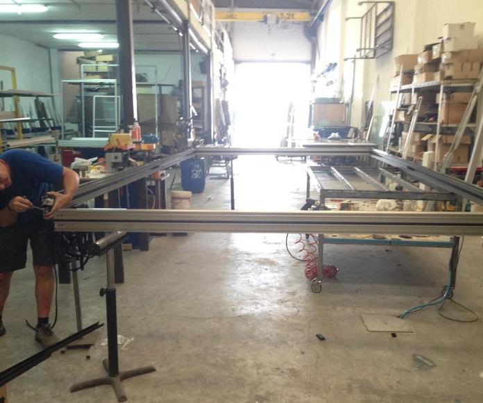 Trabajando en el marco de una balconera elevable de 3 metros de altura y 5 de ancho.