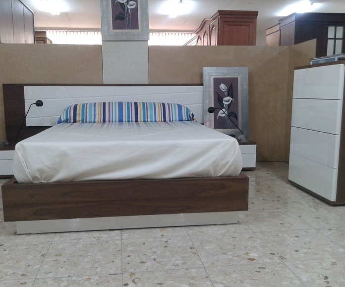 Dormitorio en nogal y lacado blanco 135 1.200€