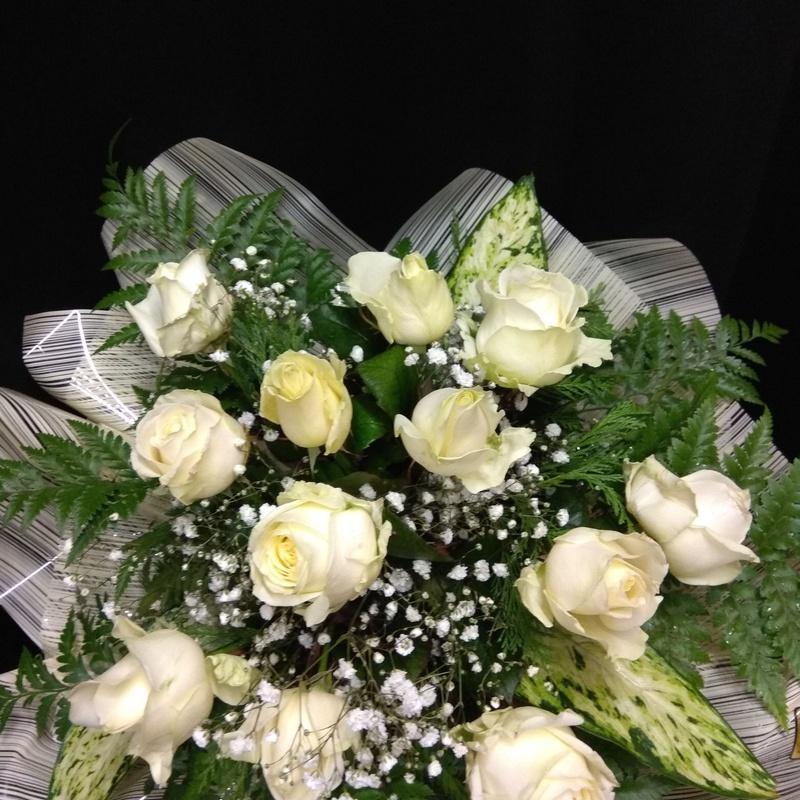 Maravilloso ramo de 12 rosas blancas.