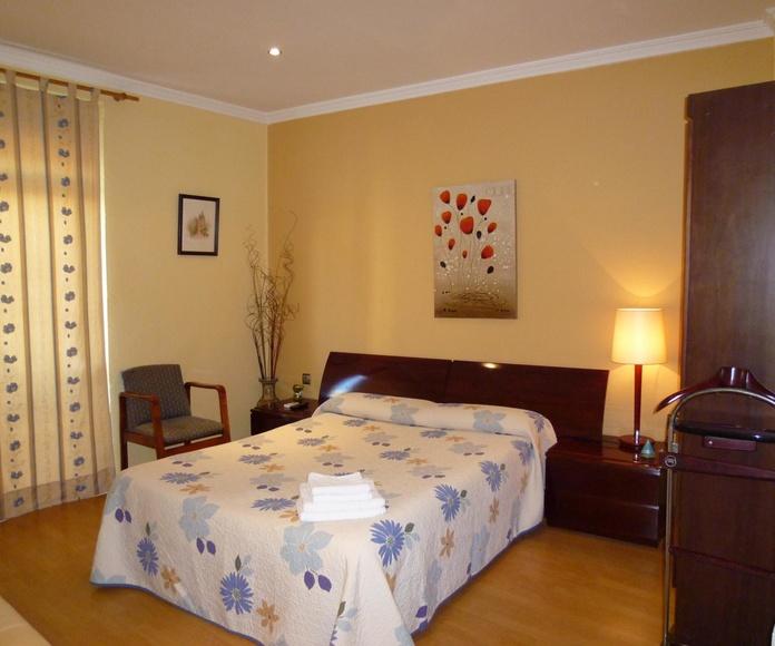 Habitación doble con baño privado: Instalaciones de Hostal Balcón al Mar