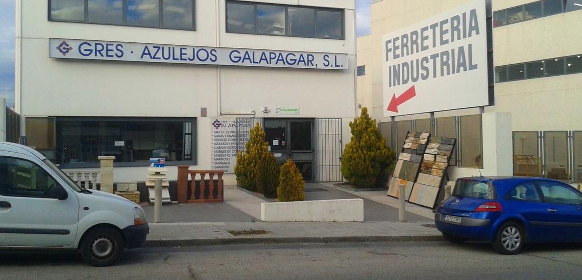 Exposición de materiales de construcción en Collado Villalba