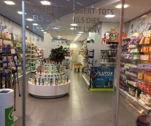 Farmacia con productos de dietética para niños y adultos