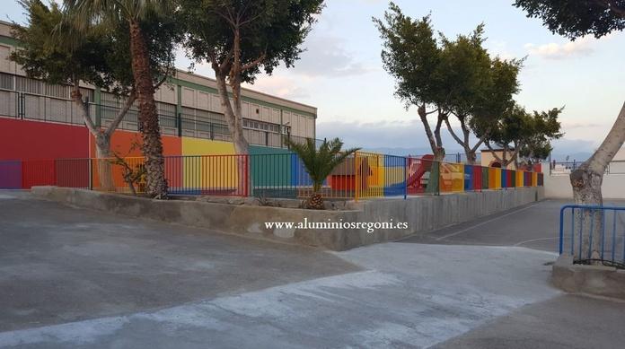 Vallado de recinto realizado en hierro con puerta de 2 hojas abatibles, pintado de colores