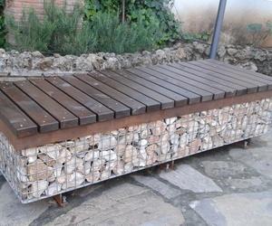 Bancos de jardín con asiento de madera y estructura de forja