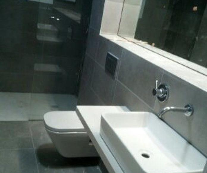 Reforma de baño completo con grande , mobiliario y sanitarios gama alta