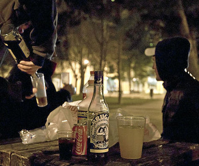 El Gobierno prepara una ley como la del tabaco para frenar el alcohol en menores
