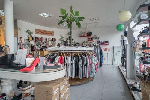 Interior de una tienda de ropa barata y de moda en Las Palmas