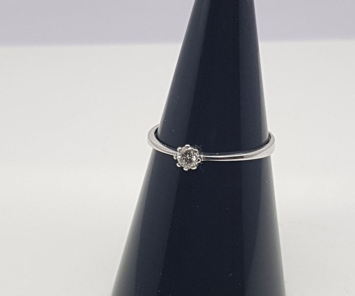 Solitario oro blanco engaste 8 patas y diamante talla brillante de 0.10 Cts.