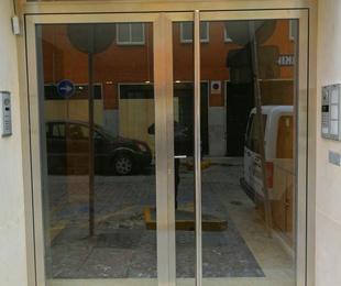 Modelo de puertas de acero inoxidable y vidrio