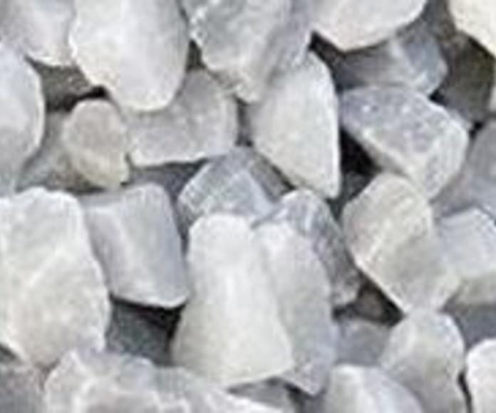Piedra natural triturada, decorativa y de color gris nevado