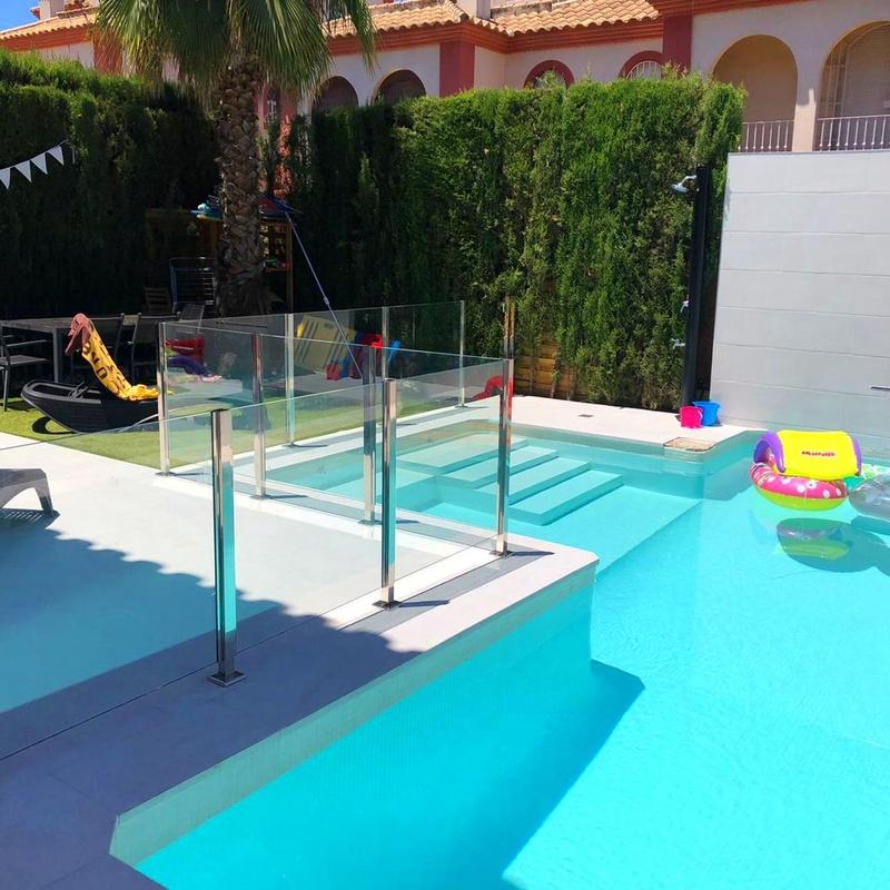Barandilla de cristal para separar zona de piscina