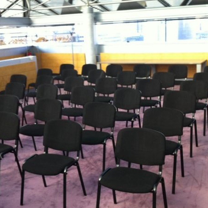 Por qué alquilar sillas para eventos