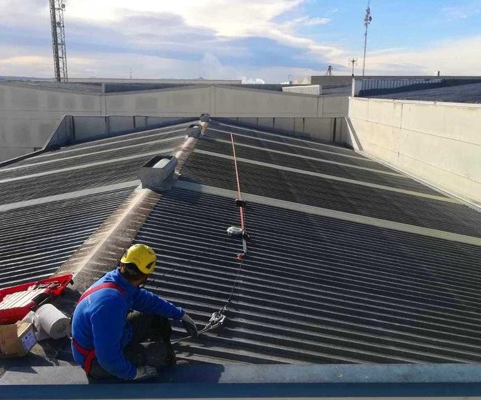 Reparación de goteras y mantenimiento de cubiertas.