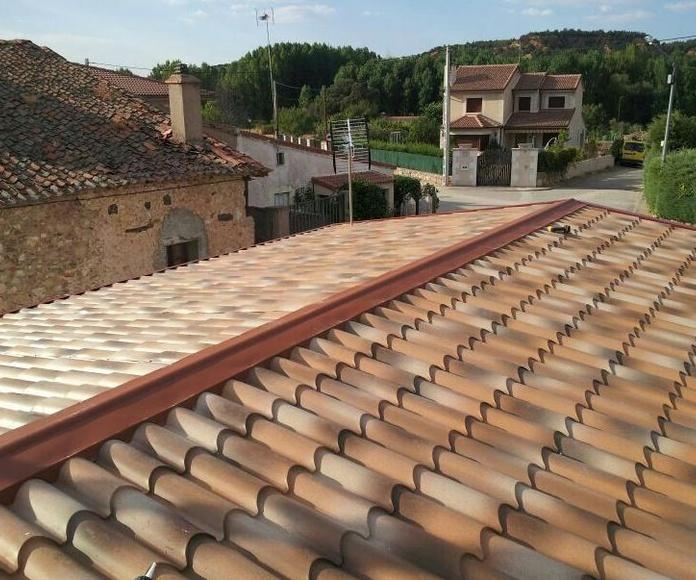 Sobre cubierta en panel imitando a teja en el casco urbano de un pueblo