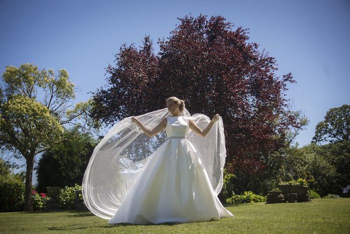 Foto de la novia el día de su boda en el jardín principal