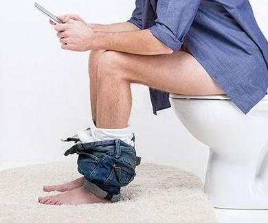 Llevar el móvil al baño, una costumbre muy poco higiénica