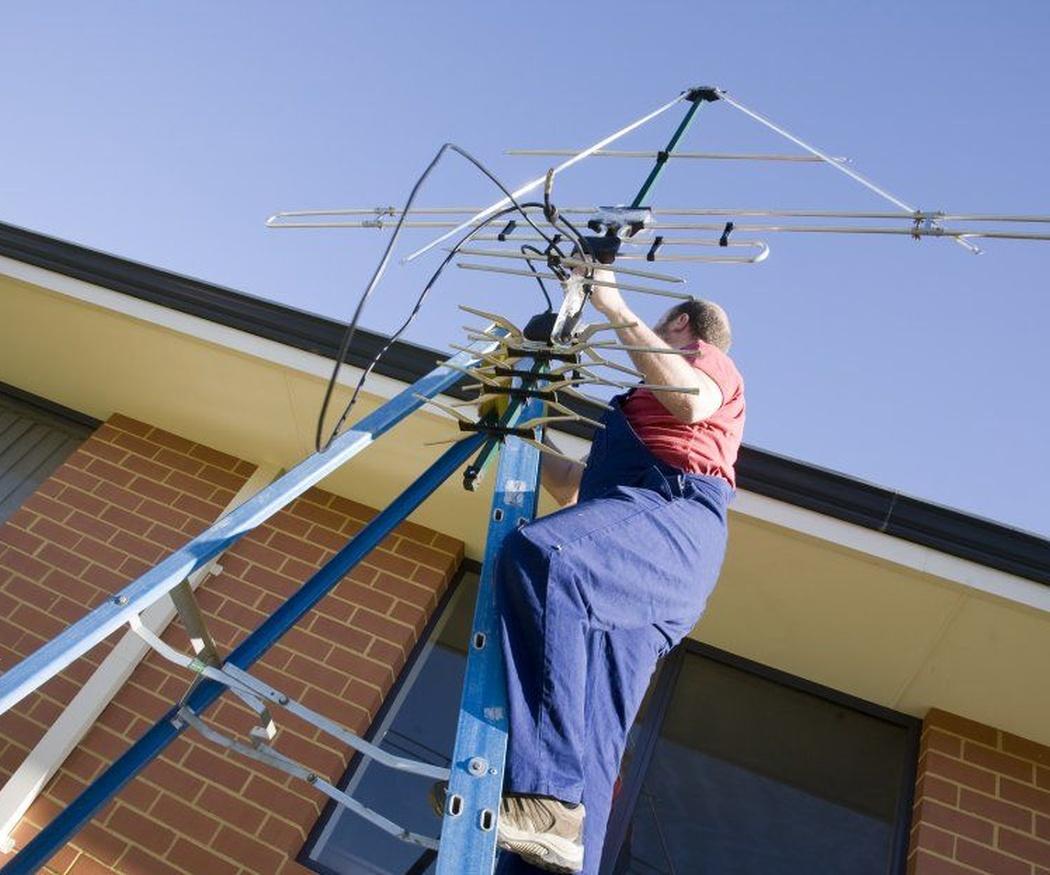Peligros de subirte al tejado a arreglar la antena sin ser profesional