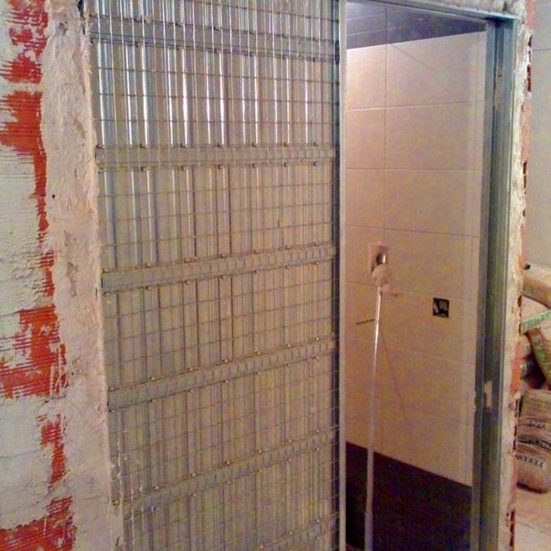Instalación de puerta corredera y trabajos de albañilería y pintura