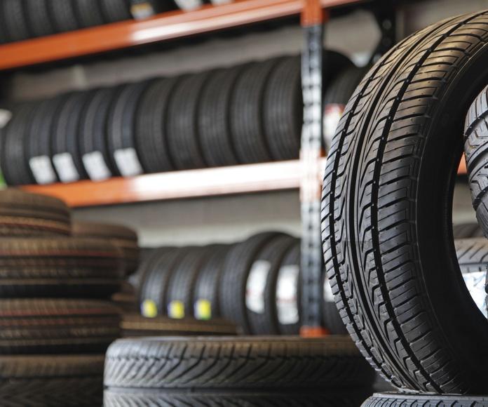 Cambio de neumáticos: SERVICIOS de Autocarrocerías Retuerto