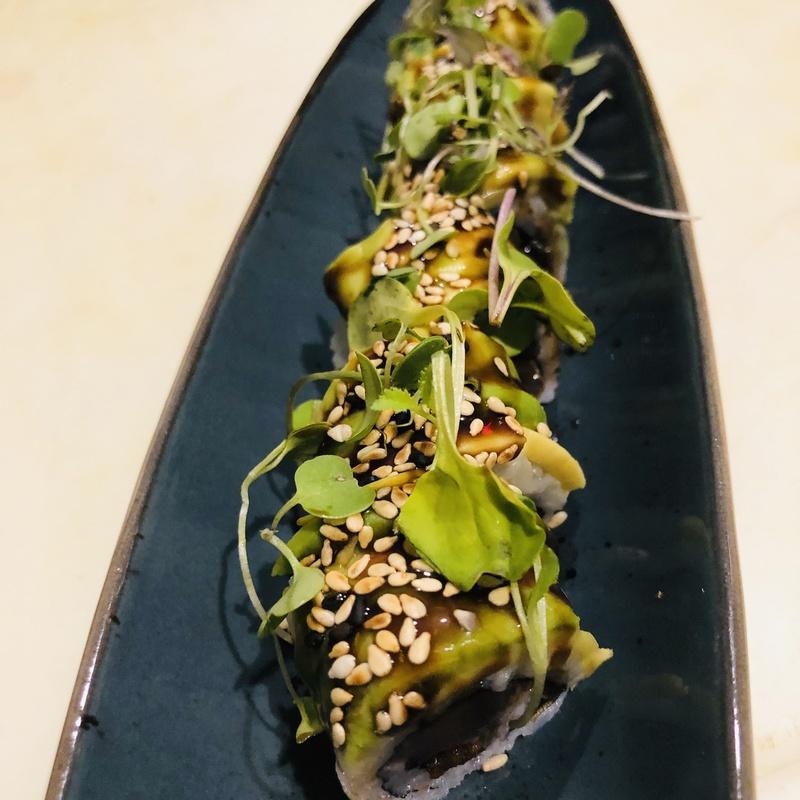Uramaki, atún, anguila y aguacate