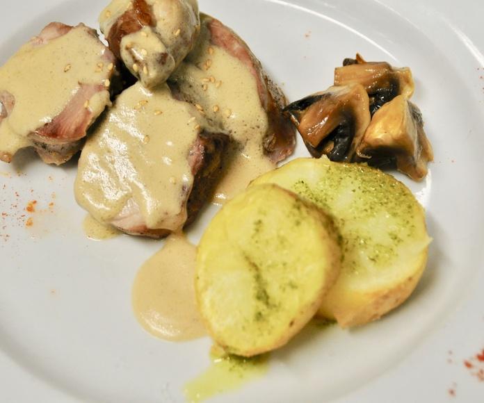 Solomillo de cerdo a la plancha, con salsa Roquefort.