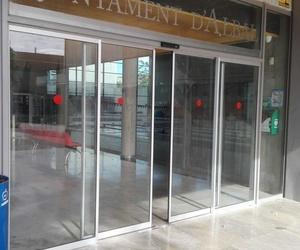 Puertas correderas de cristal rápidas sistema evacuación en Polideportivo Albal
