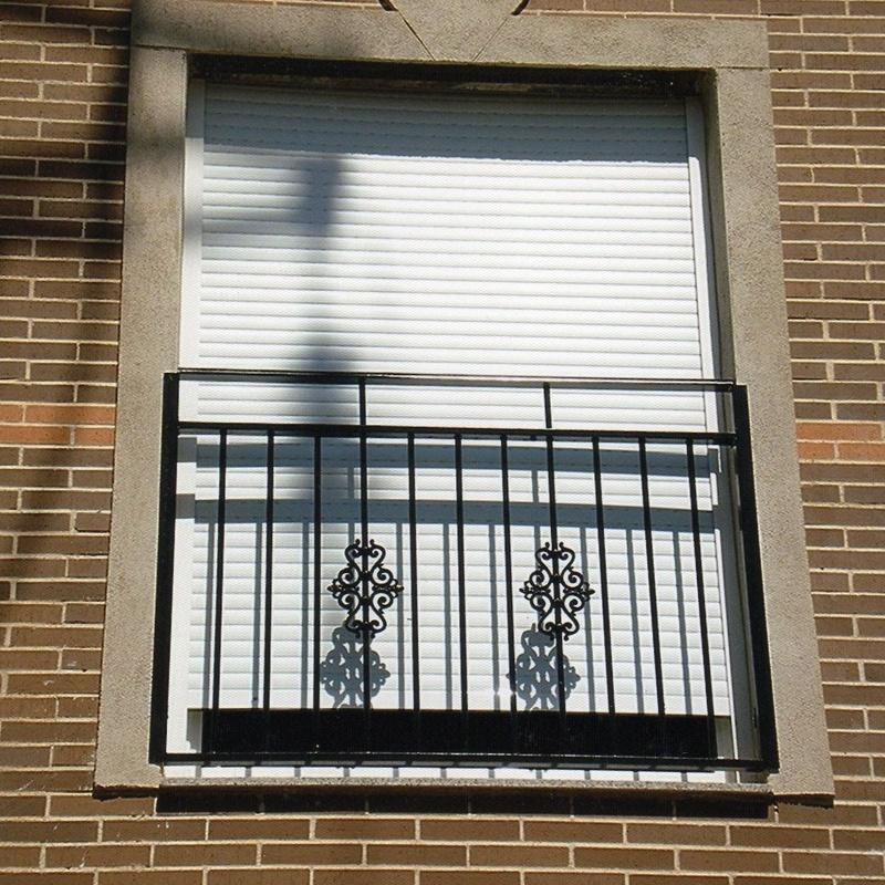 Barandilla de balcón, con adornos de fundido.