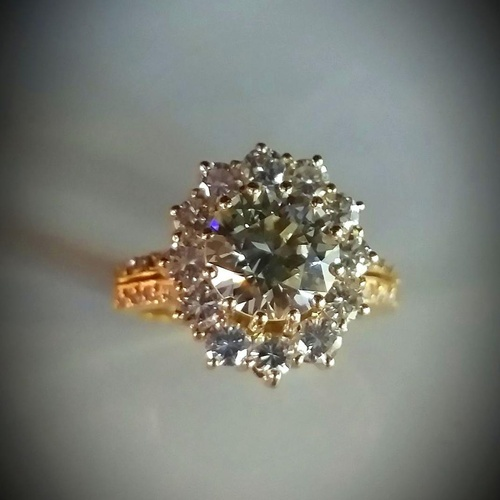 anillo de diamante central talla brillante 2.16 quilates con roseta de 12 brillantes de 0,12 quilates cada una