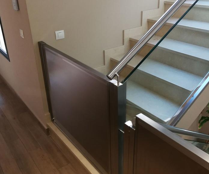 Puertas de acero inoxidable protectoras en escalera.