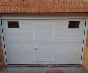 Instalación de puerta seccional con peatonal incorporada en Puzol