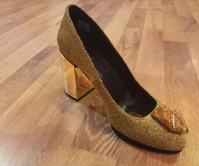 Zapato tacón detalle joya