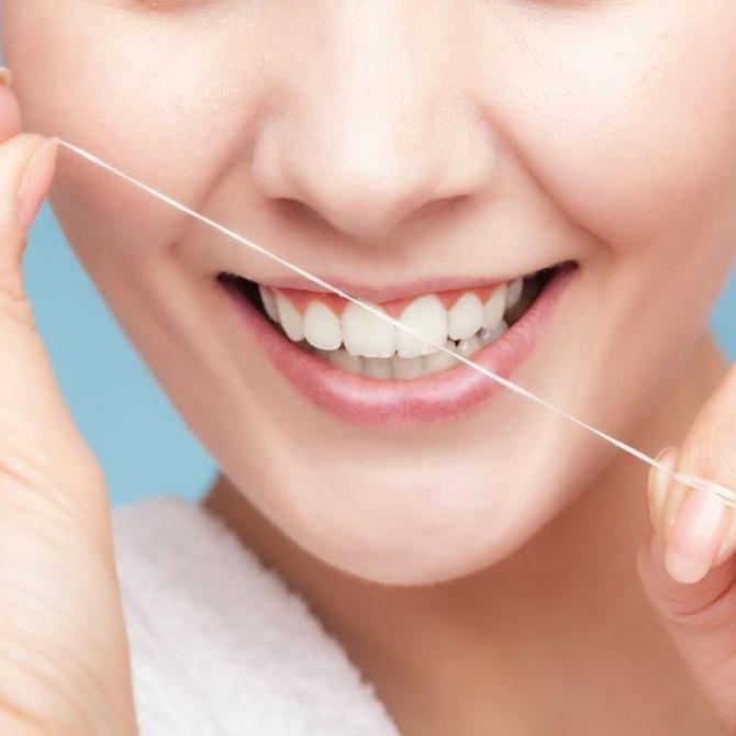 Cómo utilizar correctamente la seda dental