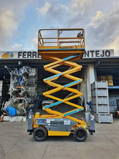 Plataforma elevadora tijera de 12 m. Haulotte. Ideal para trabajos en altura: pintado de fachadas, arreglo luminarias, mantenimiento edificios, etc.