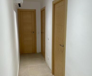 Puertas de haya blanca modelo H y puerta blindada
