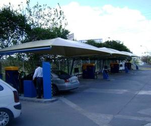Montaje de carpas en estación de servicio en Sevilla