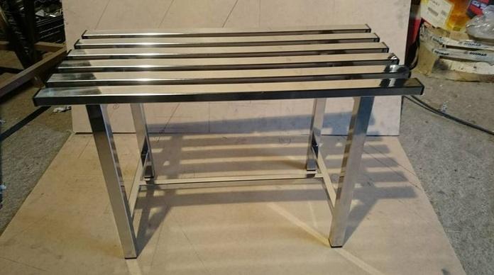 Banco de acero inoxidable fabricado a medida para taquillas, baño o probador.