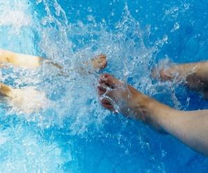 Cuida de tus pies en las piscinas, playas y baños públicos