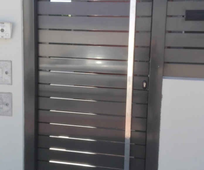 Puerta peatonal de aluminio lacada