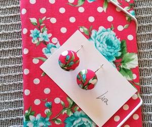 Pequeña carpeta artesanal y pendientes a juego de igual tela de algodón estampado. Lira crea estas cosas!