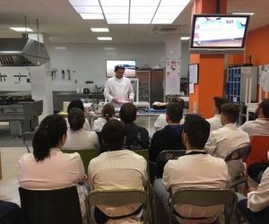 EMILIO IMPARTIENDO UNA MASTER CLASS EN LA ESCUELA DE HOSTELERÍA DE SALAMANCA una Master Class a nuestros alumnos