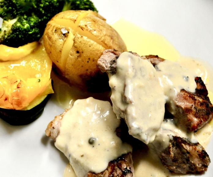 Solomillo de cerdo ibérico con verduras al toque y salsa de foie y hongos de Ribagorza.