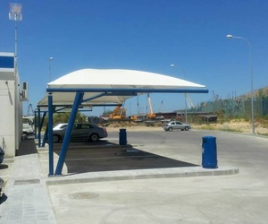 Instalación de carpas de lona en aparcamiento de Jerez de la Frontera