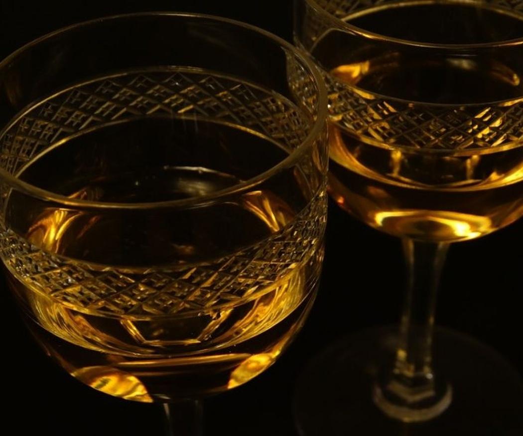 El láser y la copa de cristal