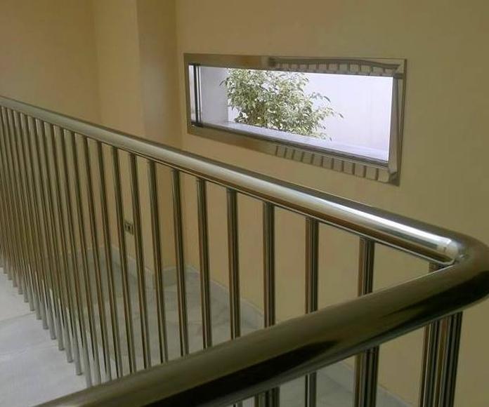 Ventana no abatible formada por marco de acero inoxidable y vidrio diseñada y fabricada a medida.