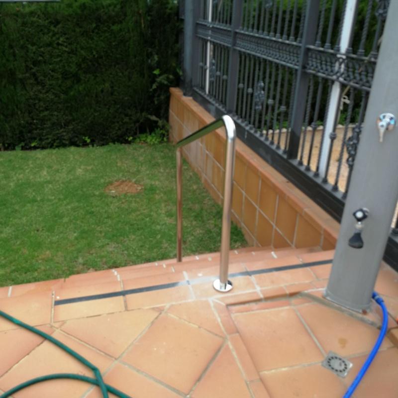 Barandilla de acero inoxidable para zona de piscina de comunidad de vecinos.