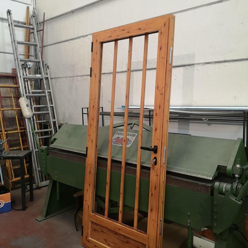 Puerta imitación madera de R. P. T de 60mm, en diferentes acabados, diseños y perfilerias.