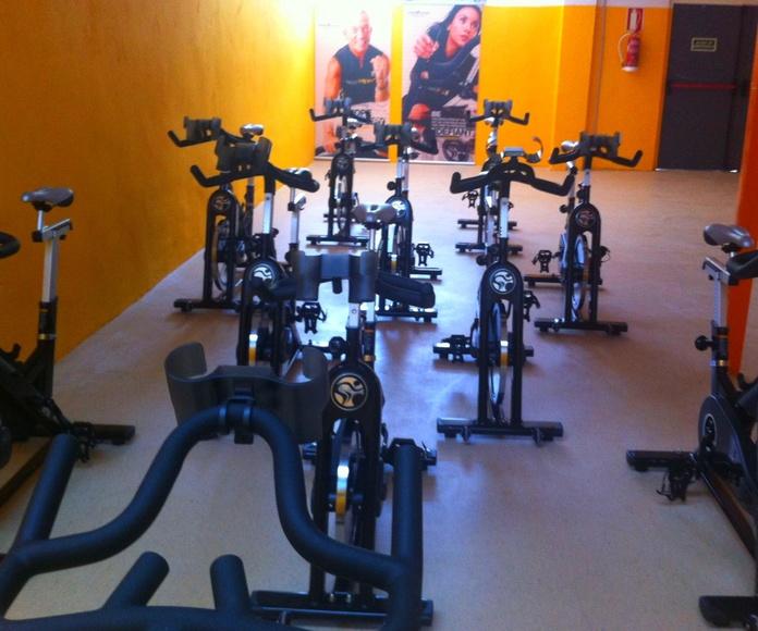 La sala de indoor cycling esta equipada con bicicletas Tomahawk
