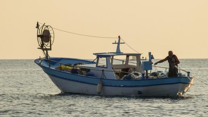 fishing-boat-5736837_1920.jpg