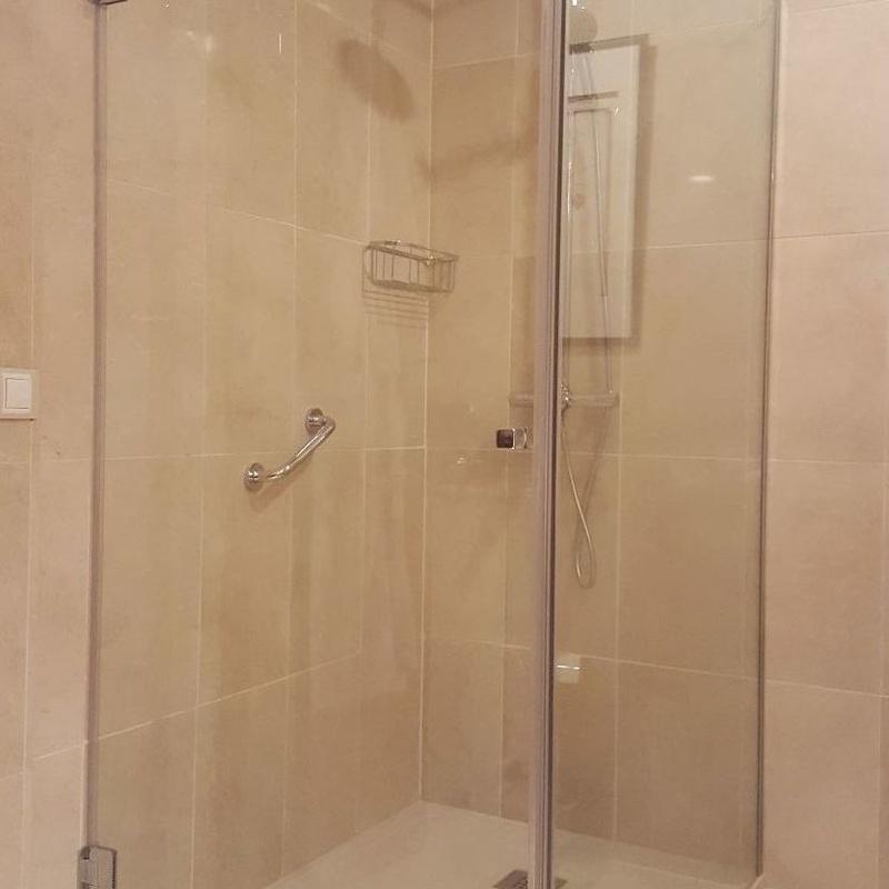 Mamparas abatibles de ducha y bañera.: Catálogo de cristalería de MaviGlas S.A.