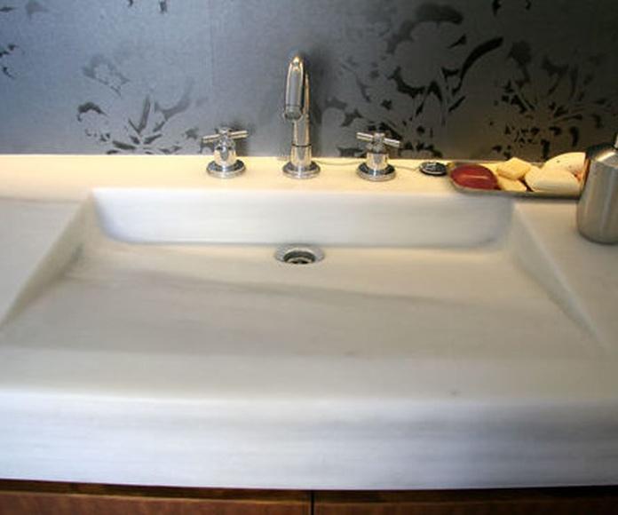 Detalle de la encimera con el lavabo realizado en la misma pieza - mármol blanco Macael -